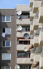 Balkone in der Wilhelmsburger Wohnsiedlung Kirchdorf Süd. Satellitenschüsseln sind an den Fenstern montiert.