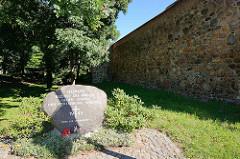 Historische Stadtbefestigung von Neubrandenburg - Stadtmauer, Gedenkstein - Inschrift Heimat bleibst du immer - gegen Gewalt und Vertreibung weltweit.