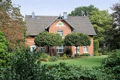 Bäuerliches Wohnhaus der Jahrhundertwende / Stuckmaskeron mit Monogramm und Jahreszahl 1904.