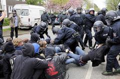Polizeieinsatz - Demonstration in Hamburg Barmbek; StraßenblockererInnen sollen weggetragen werden.