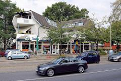Modernes Wohn- und Geschäftshaus an der Hummelsbüttler Hauptstraße in Hamburg Hummelsbüttel.