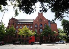Das Wilhelmsburger Rathaus wurde 1903 errichtet - es zeigt eine typische Architektur der Gründerzeit - heute hat das Wilhelmsburger Ortsamt dort seinen Sitz.