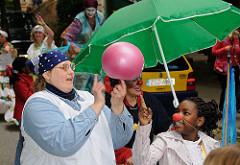 Beim Umzug Fest der Kulturen haben auch die Kinder viel Spass - es wird während des Weges jongliert, gelacht und getanzt.
