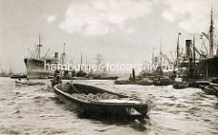 Hafengeschichte Hamburgs - Entwicklung des Hamburger Hafens in Bildern; Frachtschiffe liegen am Kai.