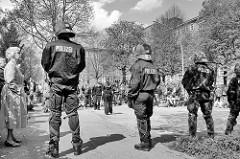 Und die Polizei passt auf - Strassenblockade, Demonstration in Hamburg Barmbek.