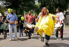 Farbenprächtiger Umzug Fest der Kulturen - Tänzerinnen und Trommler führen den bunten Umzug durch Wilhelmsburg an.