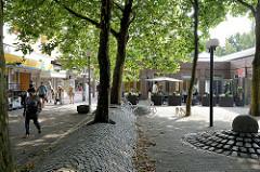 Brunnen, Geschäfte und Restaurants  am Hummelsbüttler Markt in Hamburg Hummelsbüttel.