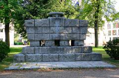Denkmal der Weltkriege 1914- 1918 / 1939 - 1945; Schwert und Loorbeerkranz - Waren / Müritz.