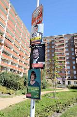 Wahlplakate + sanierte Plattenbauten im Katharinenviertel von Neubrandenburg.