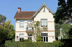 Stadtvilla mit blühendem Rosenstock eine Hausfassade - Hummelsbüttler Landstraße in Hamburg Fuhlsbüttel.