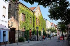 Historisches Backsteingebäude vom alten Naturhistorischen Museum für Mecklenburg in der Friedensstraße von Waren, vormals Volksschule - erbaut 1857.