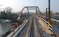Im Rahmen der sogen. Ertüchtigung der Güterumgehungsbahn durch Hamburg wurde die Strecke für den steigenden Güterzugverkehr baulich vorbereitet.