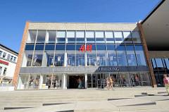 Markplatz von Neubrandenburg - Haus der Kultur und Bildung mit H&M Filiale und Stadtarchiv.
