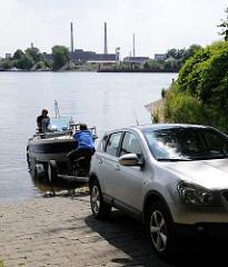 An der öffentlichen Slipanlage beim Hamburger Elbpark Entenwerder können Sportbootführer ihr Boot vom Trailer in die Norderelbe slippen.