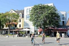 Geschäftsstraße mit Einzelhandel und Restaurants in der Hummelsbüttler Landstraße / Ecke Erdkampsweg in Hamburg Fuhlsbüttel.