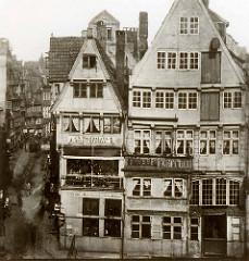 Historische Architektur / altes Foto von Wohnhäusern  in der Mattentwiete in der Hamburger Altstadt.