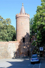 Historische Stadtbefestigung von Neubrandenburg - Stadtmauer und Fangelturm / Mönchenturm; mittelalterlicher Wehrturm.