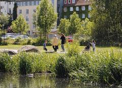 Das Ufer vom Ernst-August-Kanal wurde zur Grünanlage umgestaltet, in der die Bewohner Wilhelmsburg spazieren gehen können.