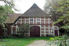 Alte Fachwerkscheune mit Reetdach historischen Dorfkern von Maschen.