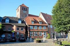 Alter Markt in Waren / Müritz - Kirchturm der St. Georgenkirche.