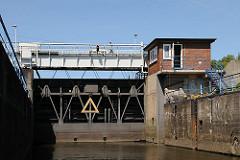 Die Wilhelmsburger Ernst-August-Schleuse wurde 1852 beim Bau des Ernst-August-Kanals errichtet und regelt den Wasserstand.