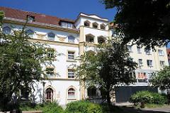 Die Grosswohnanlage an der Mannesallee / Veringstrasse wurde 1925 errichtet. Neben der zweifarbig gestalteten Putzfassade.