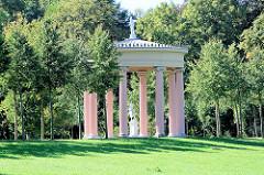 Hebetempel im barocken Teil des Neustrelitzer Schlossparks - Bauwerk des Klassizismus. Architekt Landesbaumeister Friedrich Wilhelm Buttel.