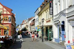 Geschäftsstraße, Fussgängerzone mit historischer Archtitektur - Einzelhandel, Lange Straße in Waren - Blick vom Neuen Markt.