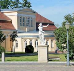 Die klassizistische Orangerie im nordöstlichen Teil des Schlossparks von Neustrelitz; erbaut 1755 und 1842 durch Friedrich Wilhelm Buttel zum Gartensalon ausgebaut.