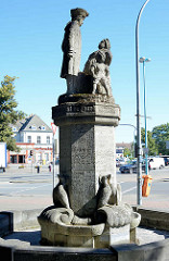 Mudder Schulten Brunnen in Neubrandenburg - Denkmal einer couragierten Bäckersfrau, errichtet 1923 - Bildhauer Wilhelm Jäger.
