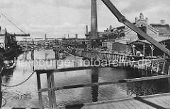 Blick von der Neuhöfer Strasse in den Veringkanal; die Ufer des Industriekanals waren mit einer Hubbrücke verbunden. Links und rechts des Veringkanals hatte sich in Wilhelmsburg Industrie.