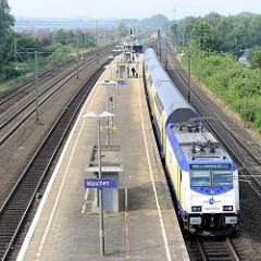 Bahnhof Maschen - ein Metronom Zug mit Fahrtziel Hamburg Hauptbahnhof hält am Bahnsteig.