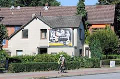 Einzelhaus / Wohnhaus mit  gelber Ziegelfassade und großem Werbeschild an der Bramfelder Chaussee im Hamburger Stadtteil  Bramfeld.