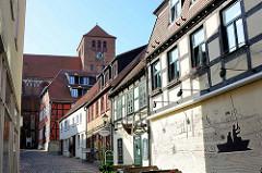 Historische Wohnhäuser in der Schulstraße / Altstadt von Waren - Wandbild mit Stadtpanorama und Angler; im Hintergrund die St. Georgen.