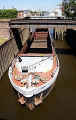 Das Binnenschiff DUO kommt vom Reiherstieg und fährt in die Reiherstiegschleuse ein. Die Abdeckungen des Laderaums sind zurückgeschoben.