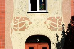 Jugendstilornamentik / florale Reliefdekor - mit Stuckmaskeron; Name vom Architekten K. Hüttner in Neustrelitz.