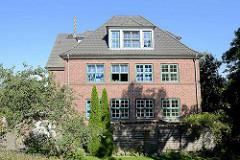 Historische Backsteinarchitektur in Hamburg Kirchwerder - Schulgebäude  der Grundschule, erbaut 1920 - Architekt Weinrich.