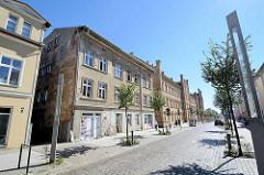 Geschäftsstraße  in Neustrelitz, Renovierungsarbeiten in der Strelitzer  Straße - Kopfsteinpflaster; im Hintergrund das alte Kasernengebäude.