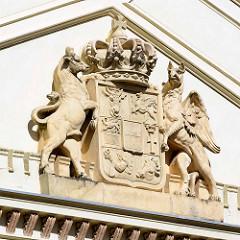 Giebel mit Wappen + Wappentier; ehemaliges Amtsgericht Neustrelitz; erbaut 1865 - Entwurf Friedrich Wilhelm Buttel.