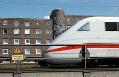 Eisenbahnstrecke am Rand der Veddel. Ein InterCityExpress ICE fährt Richtung Hamburger Hauptbahnhof.