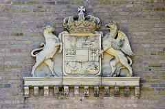 Detail / Wappen mit Krone an der Fassade vom Marstall im Schlossgarten von Neustrelitz, nach Bauplänen von Friedrich Wilhelm Buttel 1872  errichtet.
