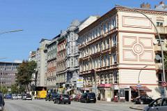 Aufwändig restaurierte Wohn- und Geschäftshäuser im Baustil des Historismus in der Holstenstraße von Hamburg Altona Nord.