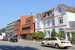 Unterschiedliche Architekturformen / Geschäftshäuser und Wohnhäuser  mit Läden im Erdkampsweg von Hamburg Fuhlsbüttel.