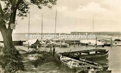 Historische Aufnahme vom Zierker See in Neustrelitz - Ruderboote und Segelboote liegen am Steg.