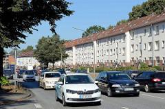 Blockbebauung / Wohnhäuser an der Nordschleswiger Straße  in Hamburg  Dulsberg - dichter Autoverkehr.