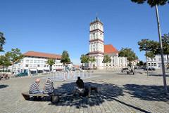 Springbrunnen und Ruhebänke am Marktplatz von Neustrelitz - Blick auf die Stadtkirche, die ursprünglich 1778 nach Plänen des Hofarztes Johann Christian Wilhelm Verpoorten errichtet wurde.