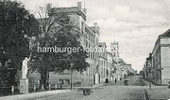 Altes Foto von der Schlossstraße in Neustrelitz; im Vordergrund der Karolinen Palais (Hygieneinstitut).