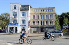 Architektonische Gegensätze - weißes Wohnhaus mit Ladengeschäft im Baustil des Historismus, daneben  ein modernes Gebäude mit Klinkerfassade an der Bramfelder Chaussee.