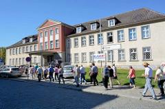 Polizeipräsidium in Neubrandenburg; Hinweisschild BlauArt, Polizei trifft Kunst.