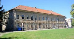 Historische Architektur auf dem Schlossgelände in Neustrelitz - jetzige Nutzung als Straßenbauamt.